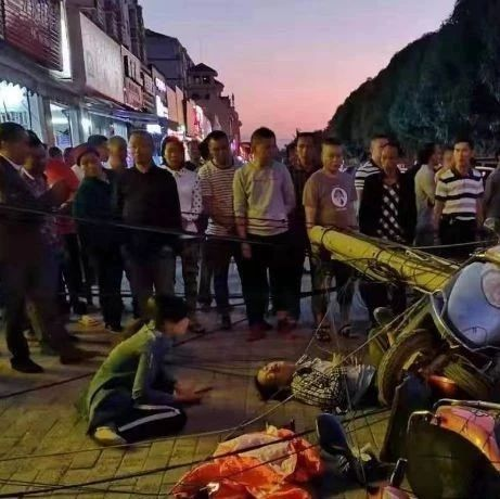 广西一男子电动车骑得好好的,一电杆突然倒下……场面混乱