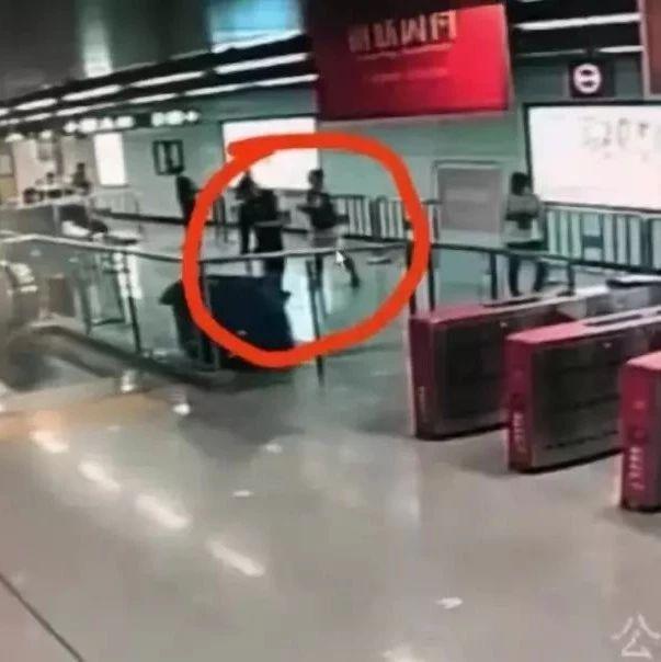 抡椅子施暴!深圳2男子拒地铁安检,还将安检员摁倒机器上