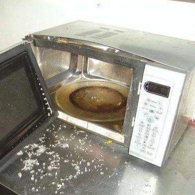 每日囧图 脑回路清奇的姑娘,校园卡被冻结,她用微波炉去解冻!