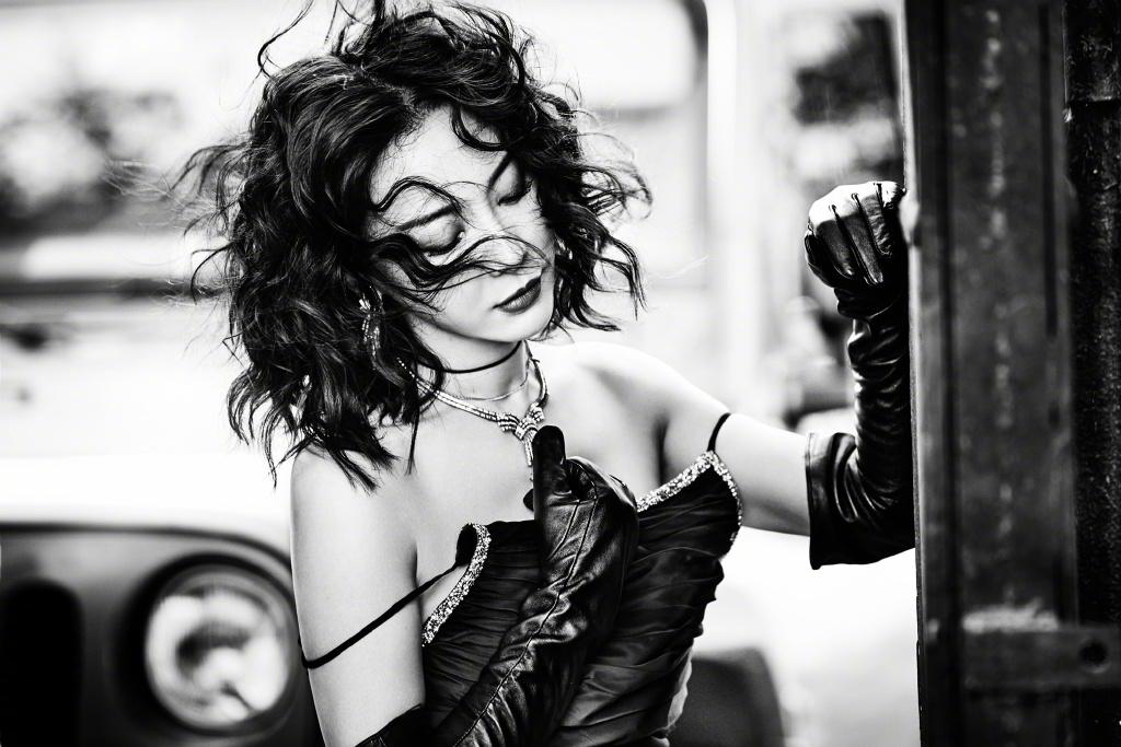 42岁陈数放飞自我,穿吊带礼服戴黑色手套,卷发凌乱性感迷人