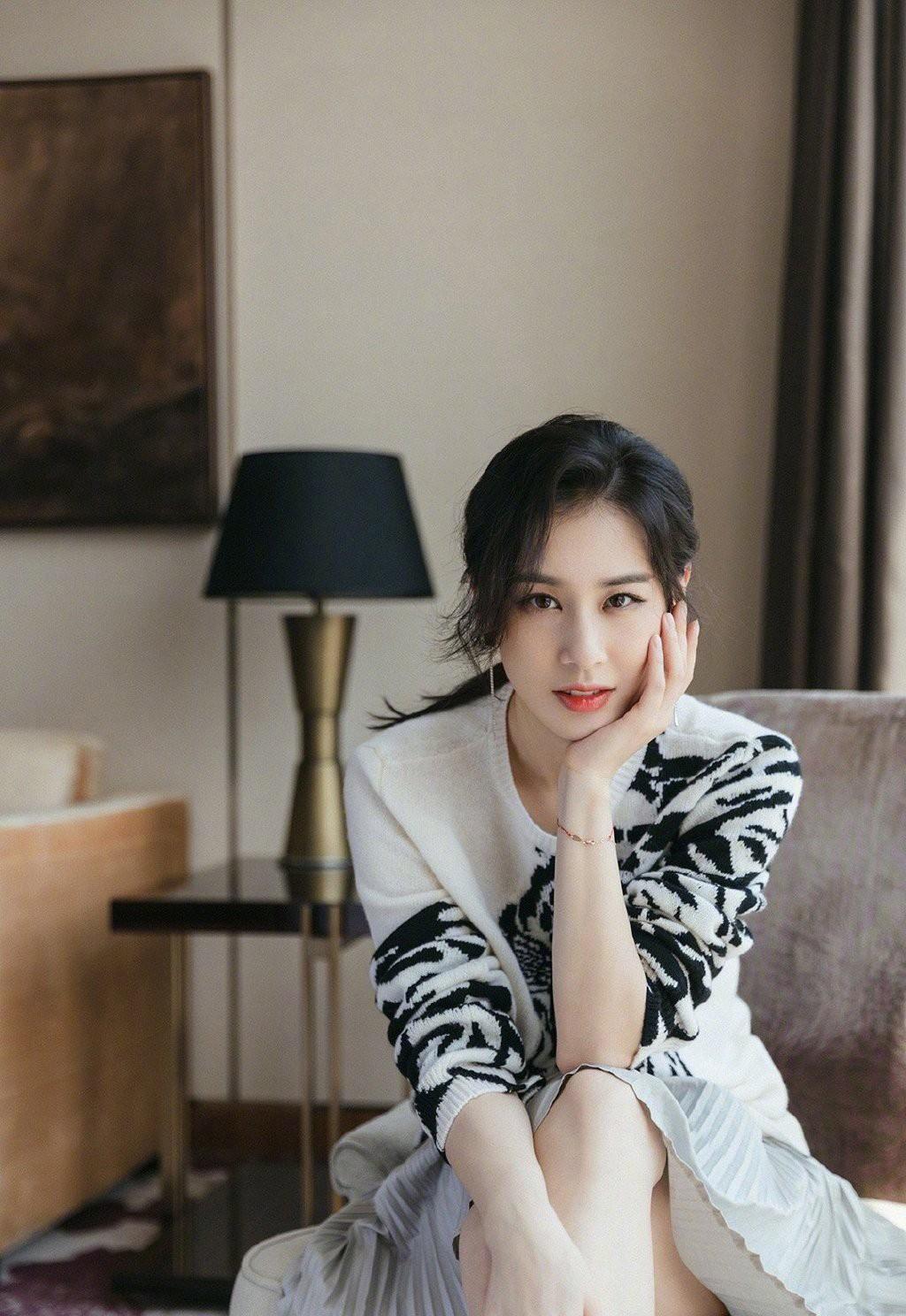 36岁的黄圣依也太少女了,穿针织衫配百褶裙,皮肤白皙娇嫩吸睛