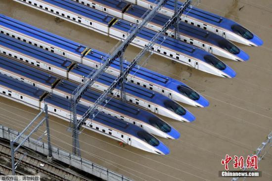 材料图:日本少家县航拍的被大水浸泡的新支线列车。