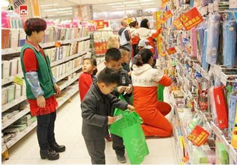 孩子在拿了公共场所的东西,该怎么教育,这位妈妈做的好!