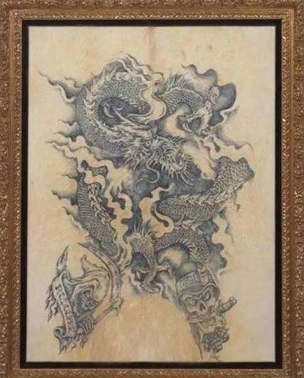 画家为了挣钱给活猪纹身, 纹好就剥皮, 猪皮裱成画后卖100万一幅