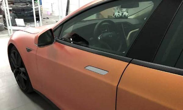 特斯拉Model S改装电动吸合门和熏黑轮毂,车身贴膜哑光橘色