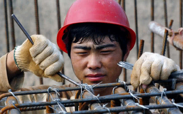 为什么去工地的年轻人越来越少,高薪都没人?包工头说出3点真相