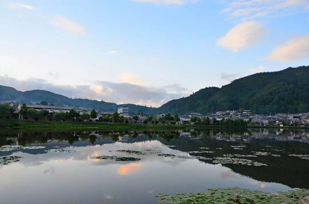 云南深山有个不太为人知的村庄,依山傍水风景秀丽,如世外桃源般