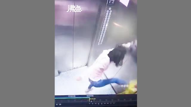 小孩电梯内被家长暴打 知情人:因孩子不回家吃饭