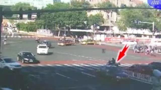 骑车人过马路太心急,抢行机动车被撞翻