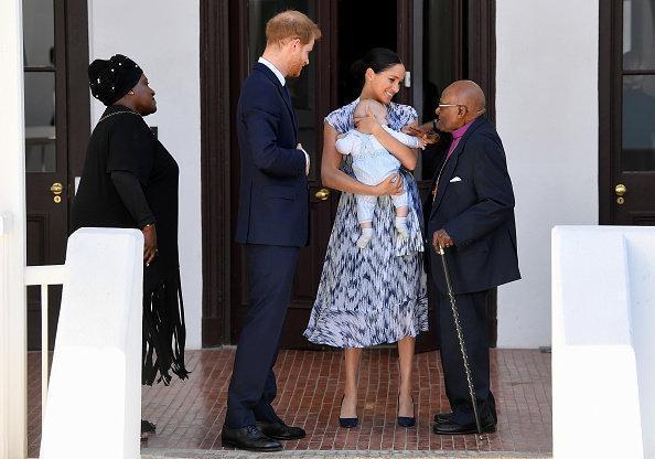 梅根王妃肚子没减下来就穿紧身裙,腰带系出几层赘肉好尬,不勒吗