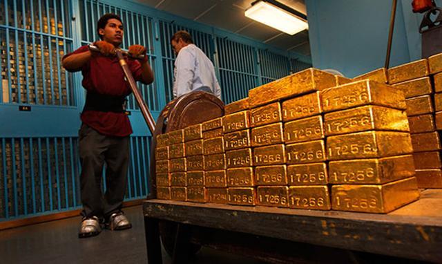 而这背后的信息是,中国、俄罗斯等新兴国家不掌握黄金国际定价权,因为,目前,拥有国际黄金定价权的只有纽约和伦敦的两家黄金交易所,不过,ZeroHedge称,上海黄金交易所正走在取得国际黄金市场定价权和话语权的路上,事情的最新进展是,中国将进一步提升包括黄金期权在内的重点品种的国际定价权影响力,分析认为,这或将是中国获得人民币黄金定价权的象征,最新消息显示,上海黄金交易所即将推出与COMEX黄金期货关联的全新T+N合约,这是实现人民币黄金基准价国际化所迈出的新步伐,另从9月9日起,也已正式开展人民币黄金期权仿真交易。