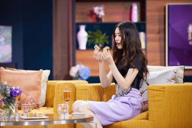 时尚博主林允又带货了,黑T恤配紫裙很精致,这条腰带才是真时髦