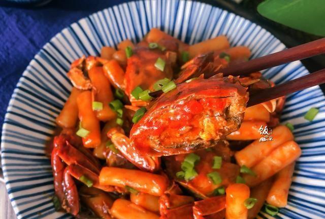 用螃蟹做一道主食,搭配它一起炒,好吃到打嗝,让人念念不忘