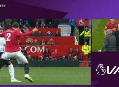 太幸运了! 曼联主场两次VAR惹争议, 英超名哨: 曼联犯规再先!