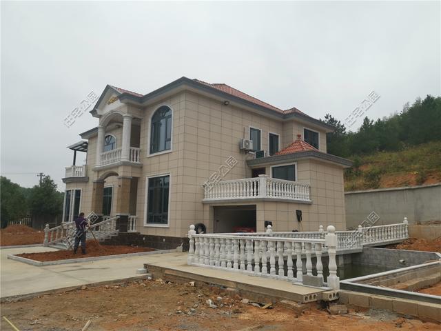 湖南李先生回乡自建房,光围墙就花了10多万,这别墅盖得有多好?