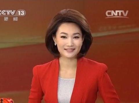 新闻联播的女主播,摘下戴了多年的假发后,颜值不输董卿