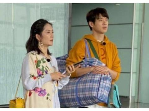 魏大勋加盟《妻子3》,背大编织袋现身机场,是要下乡吗?