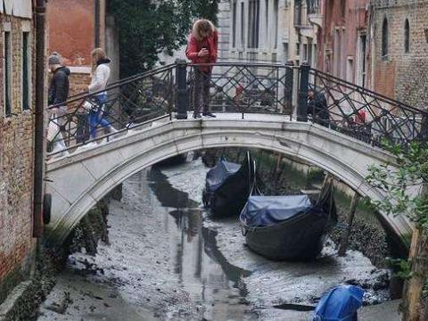 """威尼斯水城变""""旱""""城,交通成了一大难题,居民建议修马路"""