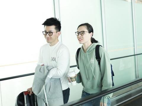 """""""跳水皇后""""吴敏霞与老公机场同框,两人挽着胳膊亲密十足"""