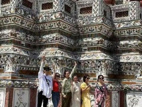 网友在泰国偶遇谢娜参拜四面佛还愿!打扮得花枝招展,满脸虔诚