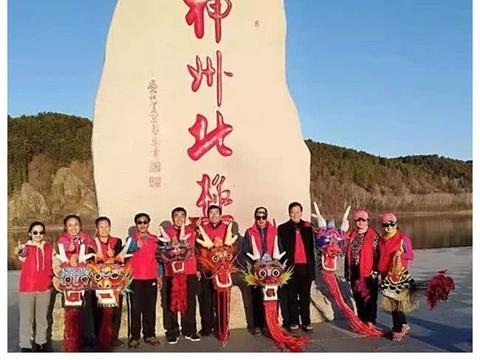 壮观!百米长潍坊龙头蜈蚣风筝在漠河北极村放飞!