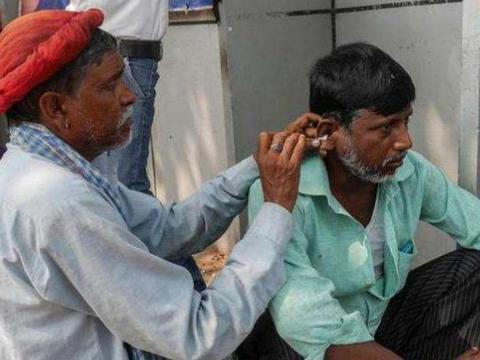 印度街头掏耳师傅,技术专业,驴友:一勺爽到怀疑人生