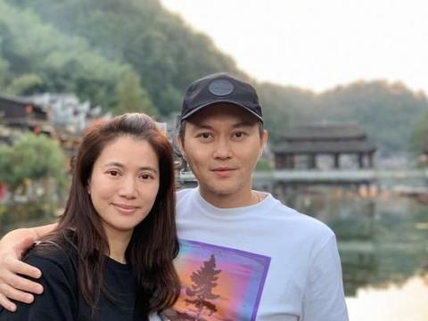袁咏仪夫妇赴普陀山,谁注意到张智霖的新发型?太抢眼