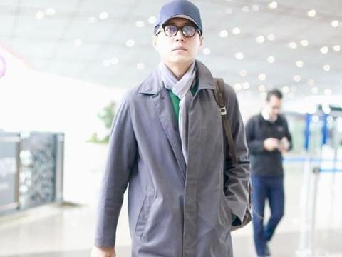 43岁靳东真是个老干部,灰色风衣配围巾成老绅士