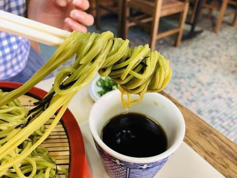 日本京都街边的小餐厅,一份咖喱饭,一份绿茶面,一共80元贵吗?