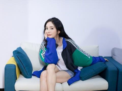 32岁杨幂比少女还可爱,穿拼接外套配牛仔短裤,俏皮得像初中生