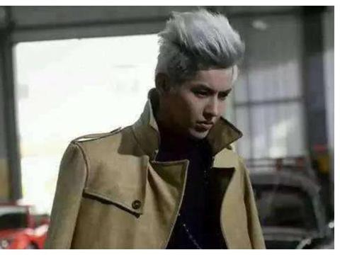 吴亦凡《老炮》剧照,一头白发驼色大衣如贵族公子,抽烟展现演技