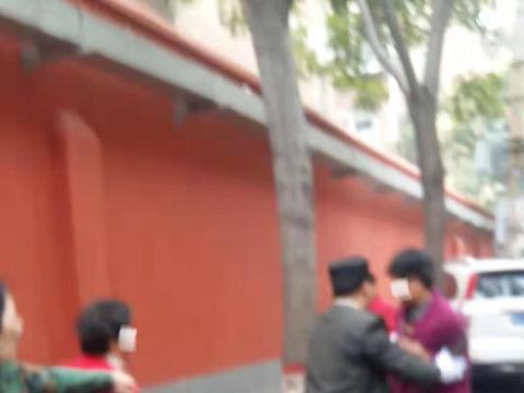 郑州俩女子疑因情感纠纷当街扭打!