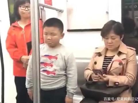 """男孩地铁上跟妈妈闹别扭,挨训后""""敢怒不敢言""""的表情,太逗了"""