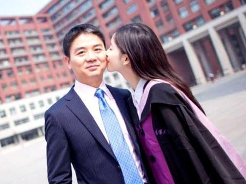 章泽天回怼网友引热议,网友:是为了刘强东才变回学生的吗