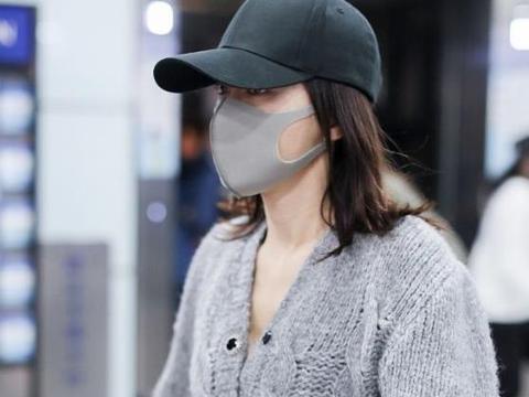 40岁秦岚最近越来越敢穿了!穿短毛衣炫腹,绝美蜂腰细到没天理