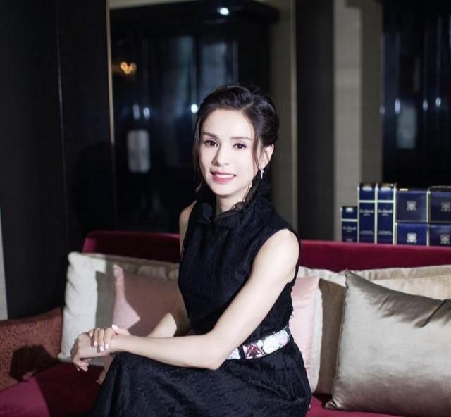 李若彤魅力不减当年,编发造型配黑色蕾丝连衣裙