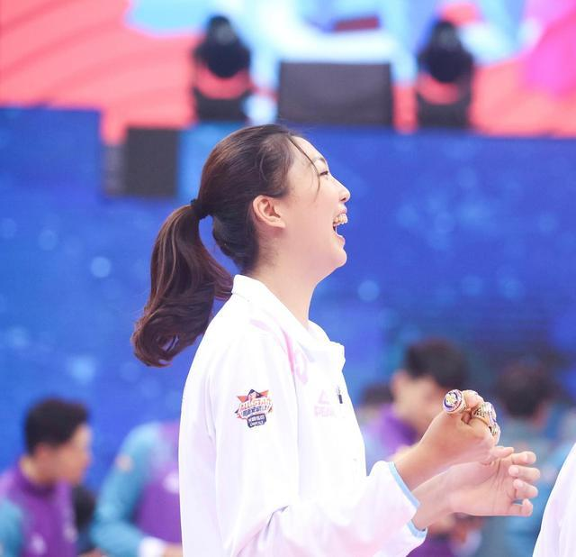 被球迷砸脸!袁心玥与她的表情都变形了,朱婷、郎平也曾遇到过