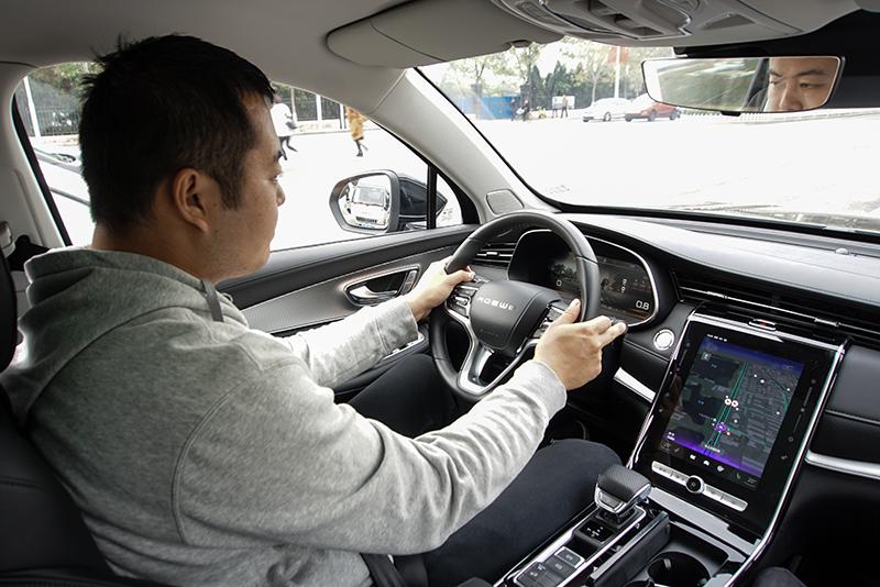 """荣威RX5 MAX有三宝""""车大、智能、挺能跑"""""""