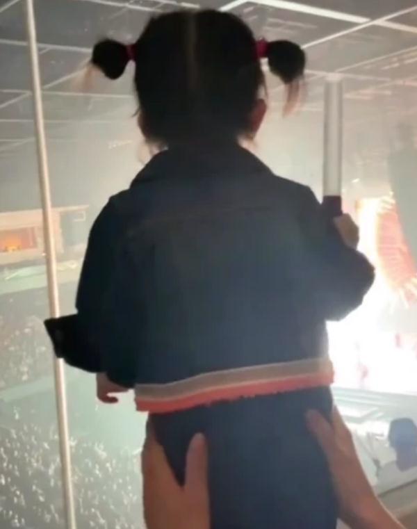 郭富城女儿现身演唱会,站高台上被妈妈扶着,模仿爸爸跳舞很蠢萌