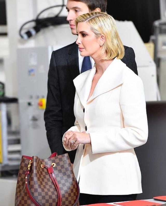 伊万卡亮相LV活动,身穿白色西装修身大气,手提CHANEL好滑稽