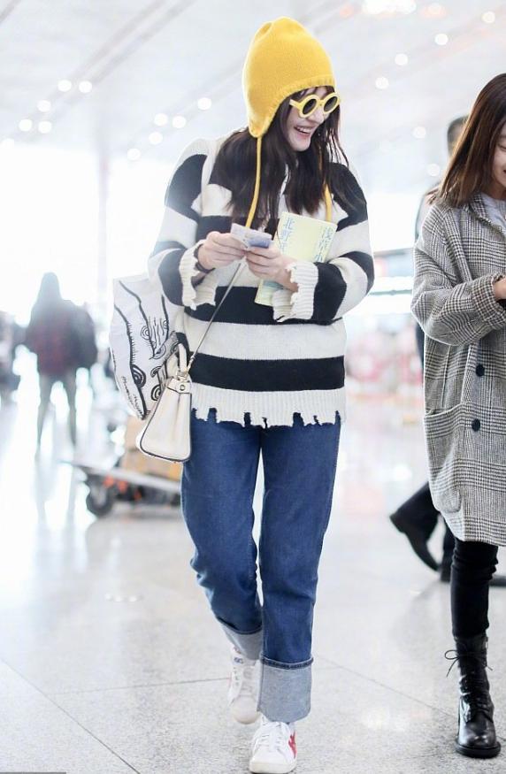 热依扎新造型好减龄,条纹针织衫+牛仔裤,满脸笑容宛如18岁女孩