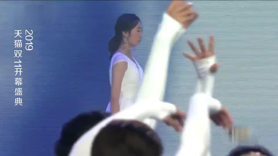 天猫双11开幕盛典:美女带来白色时装秀,尤其这位戴面纱的美爆