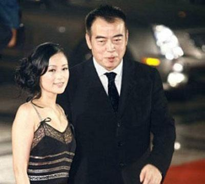 陈凯歌妻子穿半露肩纱充满女人味,网友:难道吃了防腐剂?
