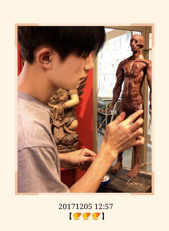 任哲举办个人雕塑展!徒弟易烊千玺亲临现场,跟老师有爱互动