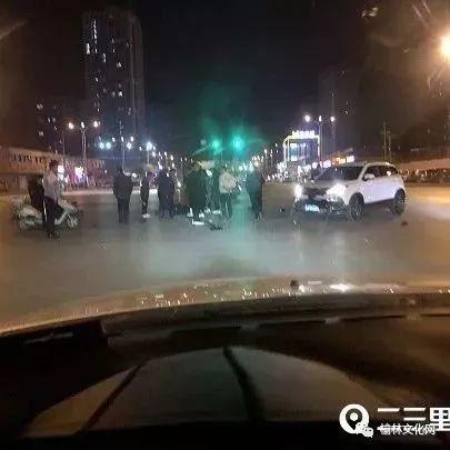 """社会   榆林一越野车与摩托车相撞,司机受伤鞋子""""飞""""出去十几米"""