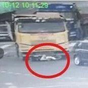 女子被货车拖行30多米却被判全责!