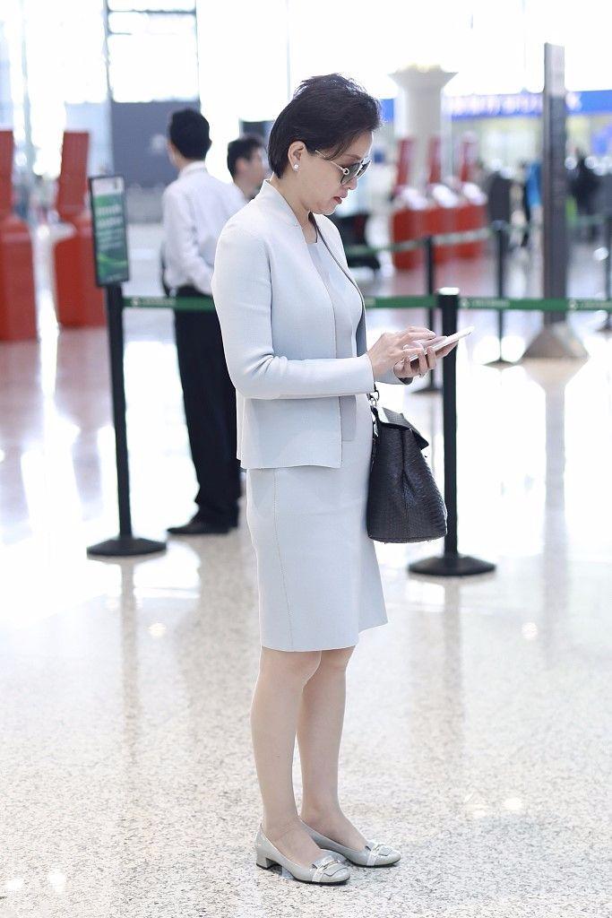 杨澜穿紧身套裙现身机场,身材苗条气质佳,但发福憔悴难掩老态!