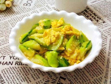 丝瓜炒鸡蛋,直接下锅炒是大错特错,多加1步,丝瓜翠绿不发黑