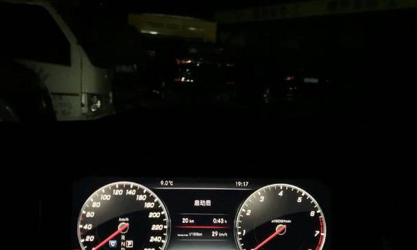 视频:奔驰E级体验64色流光溢彩氛围灯,搭配内饰柏林之声音响很漂亮
