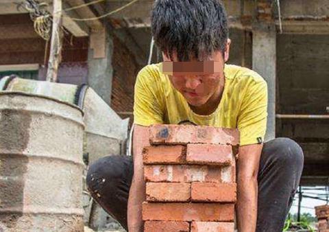 父亲外出打工,每月给儿子打300生活费,3年后父亲将妻子赶出家门